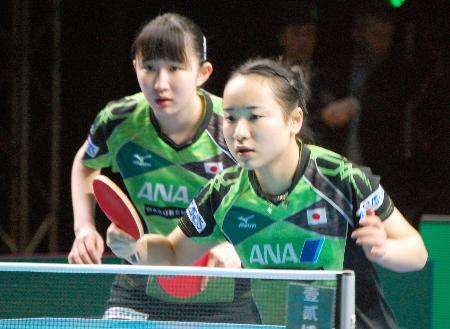 女子準決勝のダブルスで北朝鮮ペアに勝利した伊藤(右)、早田組=ロンドン(共同)