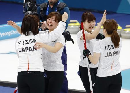 英国を破り銅メダルを獲得し喜ぶ(左から)藤沢、吉田知、吉田夕、鈴木=江陵(共同)