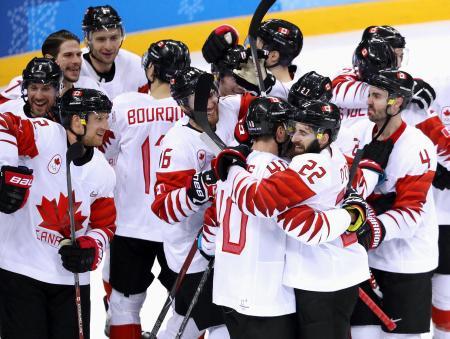 チェコを下して銅メダルを獲得し喜ぶカナダ=江陵(ゲッティ=共同)