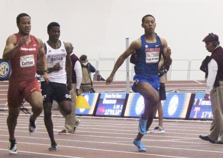 今季初戦の60メートル予選で1位通過したサニブラウン・ハキーム(右)=カレッジステーション(共同)