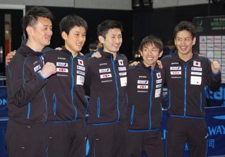 決勝進出を決めた日本の(左から)倉嶋洋介監督、張本智和、上田仁、丹羽孝希、大島祐哉=ロンドン(共同)