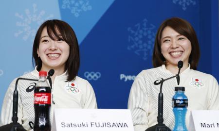 銅メダル獲得から一夜明け、笑顔で記者会見するカーリング女子の藤沢五月選手(左)と本橋麻里選手=25日、韓国・平昌(共同)