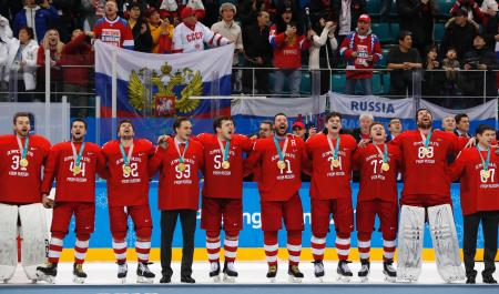 アイスホッケー男子の表彰式で、金メダルを胸に禁止されたロシア国歌を歌うOARの選手たち=25日、江陵(ロイター=共同)
