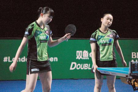 女子決勝の第1試合ダブルスで中国ペアに敗れた伊藤(右)、早田組=ロンドン(共同)