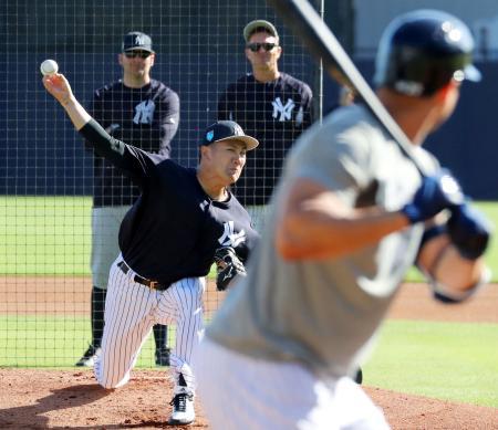 練習でスタントン(右)に投球するヤンキース・田中=タンパ(共同)