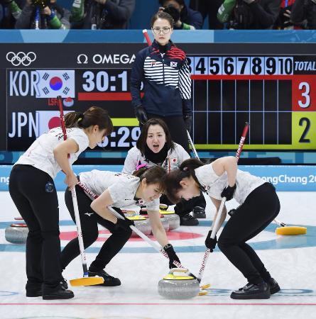 日本―韓国の第3エンド、指示を出す藤沢(中央)。奥は韓国のスキップ、金ウンジョン=江陵(共同)