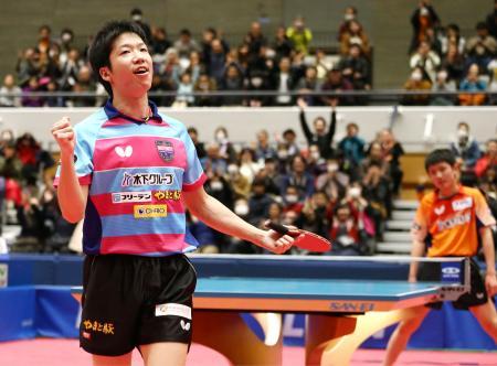 男子決勝で張本智和(右)を破り、ガッツポーズする水谷隼=駒沢屋内球技場