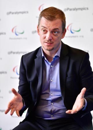インタビューに答える国際パラリンピック委員会のパーソンズ会長=8日、韓国・平昌(共同)