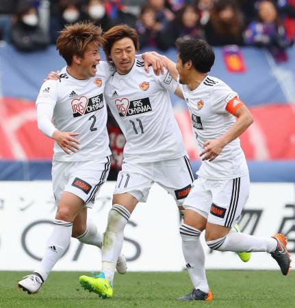 FC東京―仙台 後半、ゴールを決め祝福される仙台・石原(中央)=味スタ