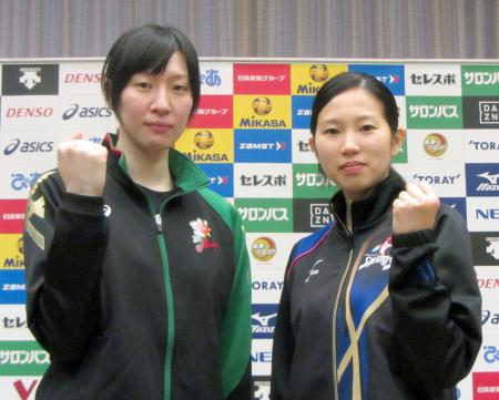 記者会見後にポーズをとるJTの奥村主将(左)と久光製薬の栄主将=9日、名古屋市