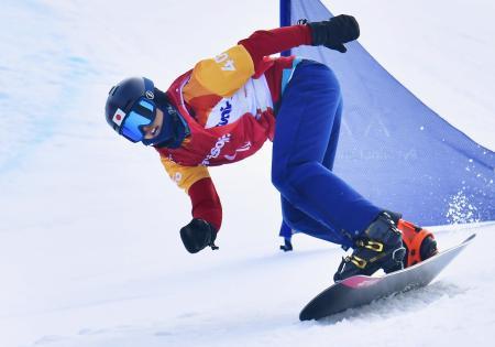 平昌パラリンピックのスノーボードクロス男子下肢障害3位決定戦で滑走する成田緑夢。銅メダルを獲得した=12日、韓国・平昌(共同)