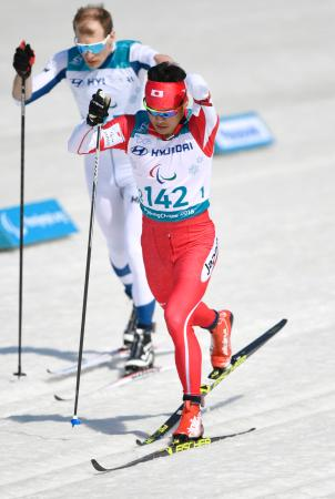 男子スプリント・クラシカル立位決勝 力走する新田佳浩(手前)。銀メダルを獲得した=平昌(共同)