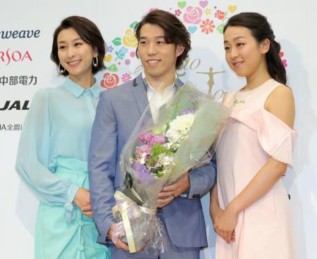 現役引退を表明し、浅田舞さん(左)、真央さん姉妹と花束を手にポーズをとる無良崇人=16日、東京・六本木