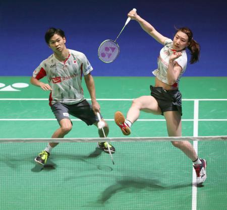 混合ダブルス準決勝 プレーする渡辺(左)、東野組=バーミンガム(ロイター=共同)