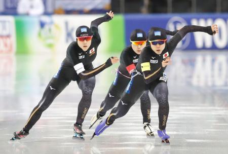 女子団体追い抜きで優勝した(左から)菊池、佐藤、高木美=ミンスク(共同)