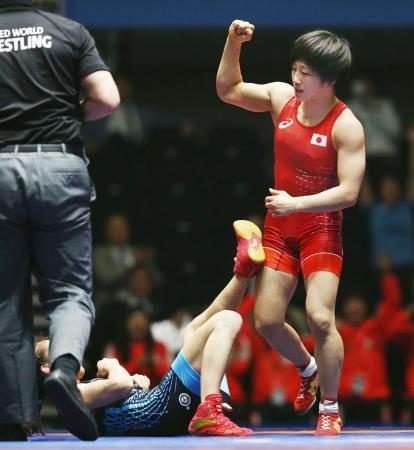 中国選手にフォール勝ちし、ガッツポーズする入江ゆき=高崎アリーナ