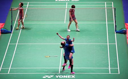 バドミントンの全英オープン女子ダブルス決勝、デンマーク組(手前)に敗れ、肩を落とす福島、広田組=18日、バーミンガム(ロイター=共同)