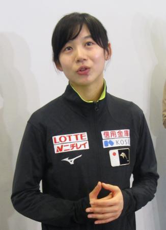 スピードスケートW杯最終戦から帰国し、取材に応じる高木美帆=20日、成田空港