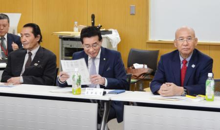 日本レスリング協会の評議員会に出席した福田富昭会長(右)と高田裕司専務理事(中央)ら=24日、東京都北区