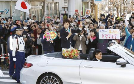平昌冬季五輪のスピードスケートで金メダルなどを獲得した小平奈緒選手の地元で行われた祝賀パレード=25日午前、長野県茅野市
