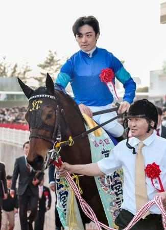 第48回高松宮記念を制したファインニードルと川田将雅騎手=中京競馬場