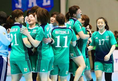 優勝を決め、抱き合って喜ぶ北国銀行の選手たち=駒沢体育館