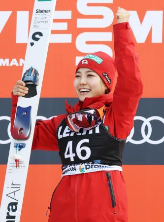 ノルディックスキー・ジャンプ女子のW杯最終戦で優勝し、表彰台で笑顔の高梨沙羅。歴代単独最多の通算勝利数を55に伸ばした=25日、オーベルストドルフ(共同)