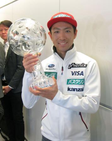 ノルディックスキーW杯から帰国し、クリスタルトロフィーを手にする渡部暁斗=27日、成田空港