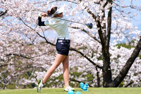女子ゴルフの下部ツアー開幕戦、ラシンク・ニンジニアRKBレディース最終日、プロ初優勝を飾った原英莉花の9番ティーショット=28日、福岡県ザ・クイーンズヒルGC(ゲッティ=共同)