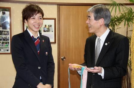 長野県松本市役所で菅谷昭市長(右)を表敬訪問する小平奈緒選手=29日午前