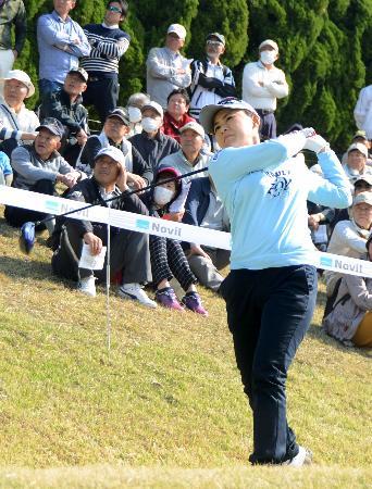 男子ゴルフの下部ツアーに出場した横峯さくら選手=30日、徳島県阿波市のJクラシックGC