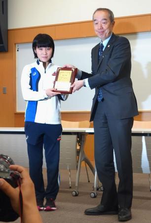 日本卓球協会の星野一朗専務理事(右)からエリートアカデミーの修了証を受け取る卓球女子の平野美宇=30日午後、東京都北区の味の素ナショナルトレーニングセンター