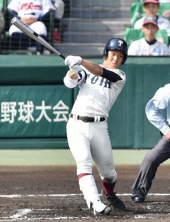 大阪桐蔭―花巻東 1回裏大阪桐蔭1死二塁、中川が左翼線に先制二塁打を放つ=甲子園