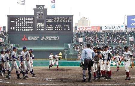19―0の大差で試合終了、グラウンドに整列する大阪桐蔭(右側)と花巻東の選手たち=甲子園
