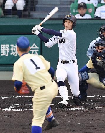 三重―星稜 2回表三重1死二塁、梶田が右越えに2ランを放つ。投手竹谷、捕手山瀬=甲子園