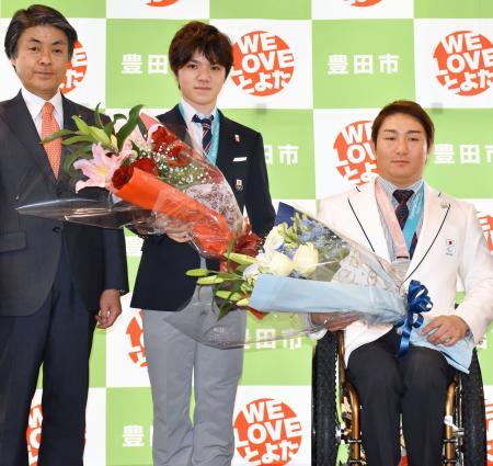 愛知県豊田市で報告会に出席した宇野昌磨(中央)と森井大輝(右)=2日午後