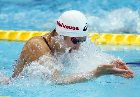 女子50メートル平泳ぎ予選 30秒64の日本新記録をマークした鈴木聡美=東京辰巳国際水泳場
