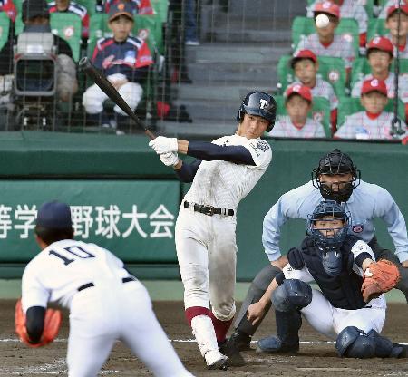 大阪桐蔭―三重 12回裏大阪桐蔭2死一塁、藤原が左中間にサヨナラ二塁打を放つ。投手定本、捕手東=甲子園