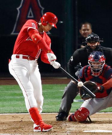 インディアンス戦の1回、メジャー初本塁打となる3ランを放つエンゼルス・大谷=アナハイム(共同)