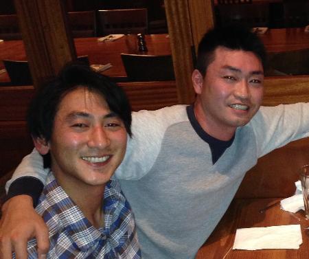 マリナーズでプレーすることが決まり、笑顔の青木宣親(右)と通訳の稲治昂佑さん=2015年12月、シアトル