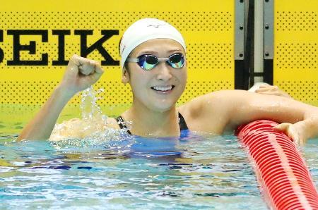 女子100メートルバタフライ決勝 56秒38の日本新で優勝し喜ぶ池江璃花子=東京辰巳国際水泳場