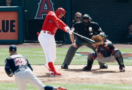 インディアンス戦の5回、2試合連続本塁打となる2ランを放つエンゼルス・大谷。投手クルバー=アナハイム(共同)