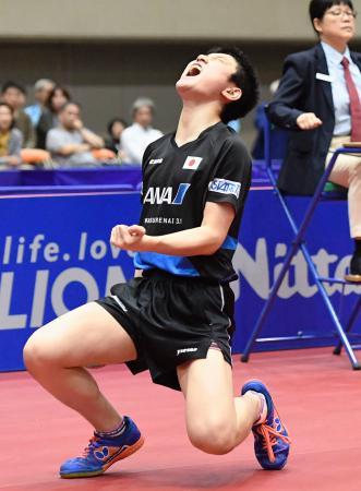 男子1次リーグで樊振東からポイントを奪い、ガッツポーズの張本智和=横浜文化体育館