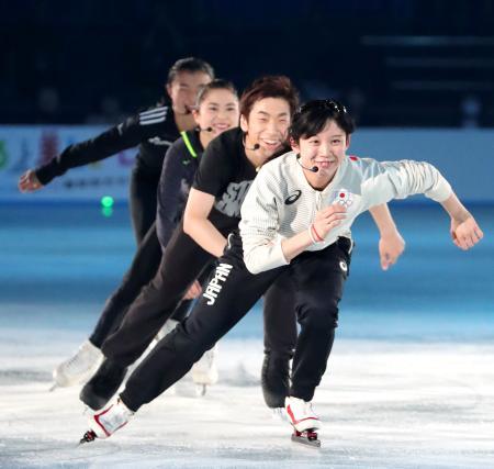 アイスショー「スターズ・オン・アイス」にゲスト出演した(手前から)高木美帆、織田信成さんら=横浜市((C)スターズオンアイス/JapanSports)