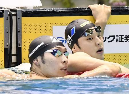 男子200メートル個人メドレー決勝でゴールし、タイムを確認する7連覇した萩野公介(左)と2位の瀬戸大也=東京辰巳国際水泳場