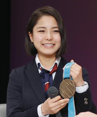 北海道上川町の町民栄誉賞を受賞し、報告会で平昌冬季五輪の銅メダルを披露する高梨沙羅選手=7日午前、上川町