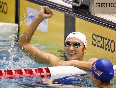 女子100メートル自由形決勝 53秒03の日本新記録で2連覇を果たし、ガッツポーズする池江璃花子=東京辰巳国際水泳場