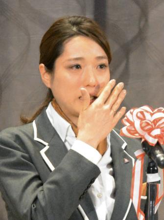 所属先の報告会で現役引退を表明し、涙を拭う菊池彩花=8日、山梨県富士吉田市
