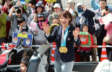 祝賀パレードで、沿道の人たちに手を振る高木菜那選手=8日午後、長野県下諏訪町