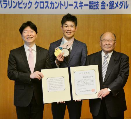 岡山県民栄誉賞を受賞した新田佳浩選手(中央)。左は伊原木隆太知事=9日午後、岡山県庁